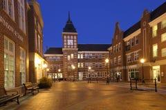Cuadrado de la pequeña ciudad en el crepúsculo Foto de archivo libre de regalías