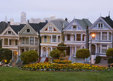 Cuadrado de Álamo, horizonte de San Francisco en la oscuridad Fotos de archivo libres de regalías