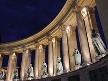 Cuadrado de los héroes de Budapest por noche fotos de archivo