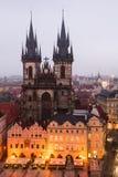 Cuadrado de Mesto de la mirada fija en Praga con la iglesia de Tyn. Fotos de archivo