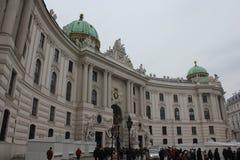 Cuadrado de Michaelerplatz en Viena en el tiempo del día Foto de archivo libre de regalías