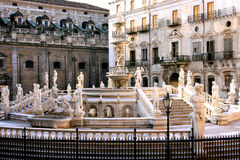 Cuadrado de Pretoria, estatuas barrocas de la fuente. Palermo foto de archivo