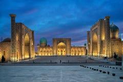 Cuadrado de Registan en la oscuridad en Samarkand, Uzbekistán Imágenes de archivo libres de regalías