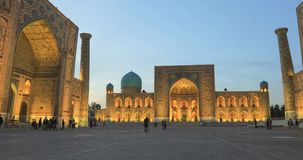 Cuadrado de Registan en la oscuridad en Samarkand, Uzbekistán metrajes