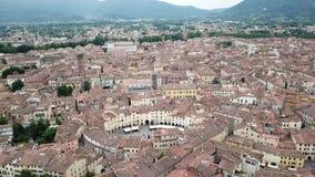 Cuadrado del anfiteatro en la ciudad de Lucca Silueta del hombre de negocios Cowering Italia almacen de video