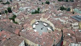 Cuadrado del anfiteatro Paisaje de la opinión aérea de la ciudad de Lucca Italia almacen de video