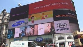 Cuadrado del circo de Piccadilly con el autobús de Londres y el panel electrónico publicitario grande