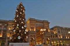Cuadrado del Duomo adornado con el árbol de navidad y la opinión sobre la galería de Vittorio Emanuele II por mañana temprana del imagen de archivo