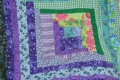 Cuadrado del edredón de la cabaña de madera púrpura y verde Foto de archivo libre de regalías