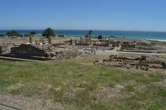 Cuadrado del foro en Roman City Baelo Claudia Dating en del siglo II la playa A.C. de Bolonia en Tarifa Naturaleza, arquitectura, fotografía de archivo