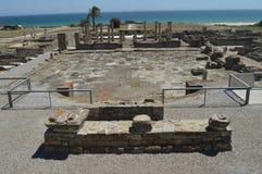 Cuadrado del foro en Roman City Baelo Claudia Dating en del siglo II la playa A.C. de Bolonia en Tarifa Naturaleza, arquitectura, foto de archivo