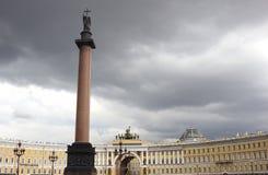 Cuadrado del palacio y Alexander Column en St Petersburg Imagenes de archivo