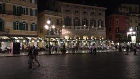 Cuadrado del sujetador de la plaza en el centro histórico de Verona - Italia almacen de video