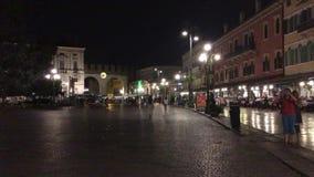 Cuadrado del sujetador de la plaza en el centro histórico de Verona - Italia almacen de metraje de vídeo