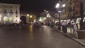 Cuadrado del sujetador de la plaza en el centro histórico de Verona - Italia metrajes