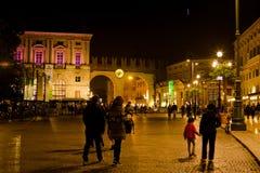 Cuadrado del sujetador de la plaza en la noche en la ciudad de Verona, Italia Imágenes de archivo libres de regalías