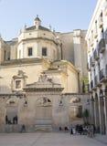 Cuadrado detrás de la iglesia imagen de archivo