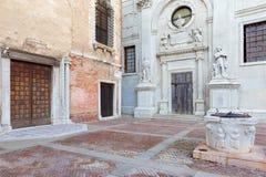 Cuadrado e iglesia Santa Maria della Misericordia de Venecia - de Campo de L Abazia Fotografía de archivo