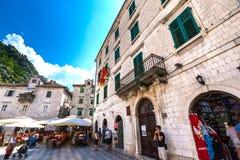 Cuadrado en la ciudad vieja de Kotor, Montenegro - agosto de 2014 fotos de archivo