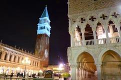 Cuadrado en la noche, Venecia, Italia de San Marco fotos de archivo