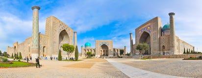Cuadrado famoso de Registan del panorama en la ciudad antigua Samarkand foto de archivo
