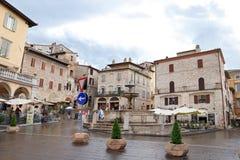 Cuadrado medieval con la fuente de agua vieja y los edificios históricos, Assisi, Umbría, Italia Fotos de archivo libres de regalías