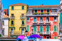 Cuadrado mediterráneo colorido en Italia Fotos de archivo libres de regalías