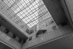 Cuadrado moderno futurista del edificio foto de archivo libre de regalías