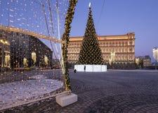 Cuadrado por la tarde, Moscú, Rusia de Lubyanskaya Lubyanka de la decoración de los días de fiesta del Año Nuevo de la Navidad Imagen de archivo libre de regalías