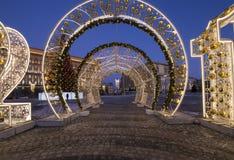 Cuadrado por la tarde, Moscú, Rusia de Lubyanskaya Lubyanka de la decoración de los días de fiesta del Año Nuevo de la Navidad Fotografía de archivo