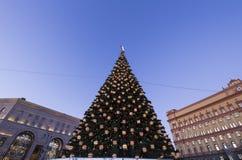 Cuadrado por la tarde, Moscú, Rusia de Lubyanskaya Lubyanka de la decoración de los días de fiesta del Año Nuevo de la Navidad Imagenes de archivo