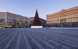 Cuadrado por la tarde, Moscú, Rusia de Lubyanskaya Lubyanka de la decoración de los días de fiesta del Año Nuevo de la Navidad Imagen de archivo