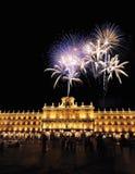 Cuadrado principal de Salamanca con los fuegos artificiales imagen de archivo