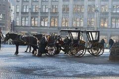 Cuadrado traído por caballo Amsterdam de la presa de los carros Fotografía de archivo