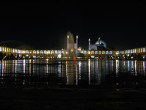 Cuadrado y mezquita en la iluminación de la noche, Isfahán Irán de Ayatollah Khomeini imagenes de archivo