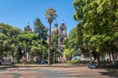 Cuadrado y Oporto Alegre Metropolitan Cathedral de Marechal Deodoro adentro en el centro de la ciudad en Porto Alegre, Río Grande imágenes de archivo libres de regalías