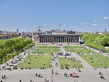 Cuadrado y parque por completo de turistas desde arriba Imágenes de archivo libres de regalías