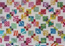 Cuadrados coloreados multi del edredón dispersados a través de blanco Imágenes de archivo libres de regalías