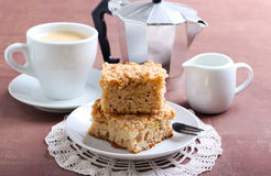 Cuadrados de la torta de café de la manzana Imágenes de archivo libres de regalías