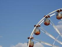 Cuadrante superior de una noria contra el cielo azul Fotografía de archivo