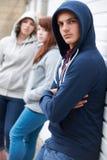 Cuadrilla de adolescentes que cuelgan alrededor junto Fotos de archivo libres de regalías