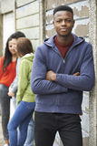 Cuadrilla de adolescentes que cuelgan hacia fuera en el ambiente urbano Foto de archivo libre de regalías