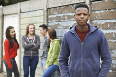 Cuadrilla de adolescentes que cuelgan hacia fuera en el ambiente urbano imágenes de archivo libres de regalías