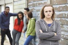 Cuadrilla de adolescentes que cuelgan hacia fuera en el ambiente urbano fotografía de archivo