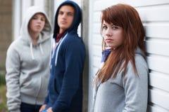 Cuadrilla de adolescentes que cuelgan hacia fuera en el ambiente urbano Fotos de archivo libres de regalías