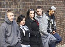 Cuadrilla de juventudes que se inclinan en la pared Fotografía de archivo