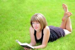 Cuadro al aire libre de la muchacha encantadora del estudiante con el libro Fotografía de archivo libre de regalías