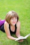 Cuadro al aire libre de la muchacha encantadora del estudiante con el libro Imagenes de archivo