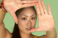 Cuadro de capítulo de la mujer asiática con sus manos imagen de archivo