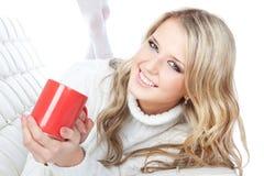 Cuadro de la mujer joven hermosa con la taza roja Imagen de archivo libre de regalías